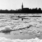 Treibeis auf dem Rhein vor der Pittersdorfer Kirche im Winter 1954