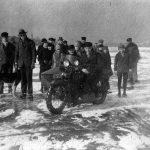 Motorradfreunde auf dem zugefrorenen Rhein, Februar 1929