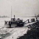 """Das Fahrgastschiff """"Vaterland"""" ist vom Eis eingeschlossen, ca. 1930"""