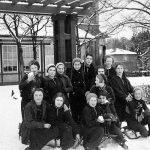 ohne Angabe [Mädchengruppe im Schnee]
