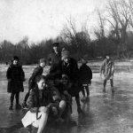 ohne Angabe [Kinder auf dem gefrorenen Rhein]