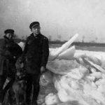 ohne Angabe [zwei Kinder mit Hund vor Eisschollen am Rhein]