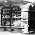 V010 | Kolonialwarengeschäft Wielpütz auf der Hauptstraße 642 neben Textilhaus Kepges, später Konsum