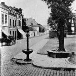 V027 | Markt mit Pferdetränke, Ulmen mit Sitzbänken, Königswinterer Straße