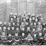 V032 | Fräulein Hoff mit einer Schulklasse, 1916