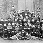 V033 | Fräulein Engels mit einer Schulklasse an der katholischen Schule, ca. 1916