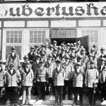 V046 | Die Hubertusschützen vor dem Hubertushaus