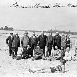 Nach der Planung am Strandbad; sitzend Bürgermeister Nücker und zweiter daneben Alfred Hüser, 1. von links Jakob Sebastian Bauer